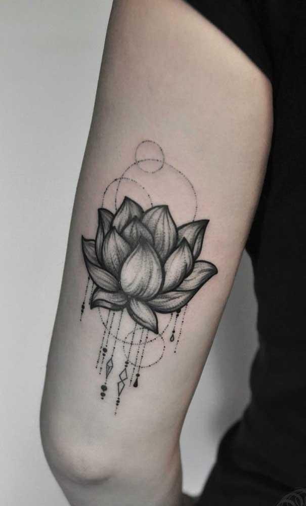 A flor de lótus é um dos símbolos mais escolhidos na hora de fazer uma tatuagem indiana.
