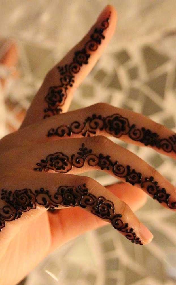 E essa tatuagem entre os dedos da mão? Fantástica, não é mesmo?