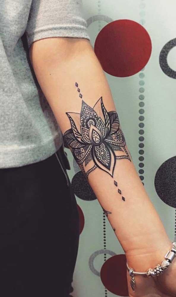 Olha como a tatuagem indiana no braço fica perfeita também em mulheres.