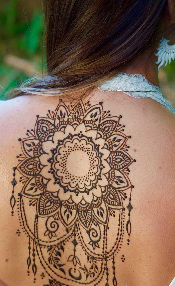 Dá para fazer uma tatuagem enorme nas costas, já que é uma região que fica mais tempo coberta.
