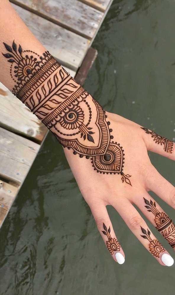 Ou se quiser ousar, escolha cores mais fortes quando fizer a tatuagem na mão.