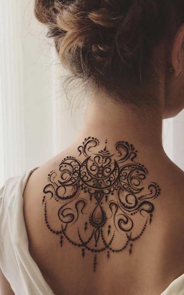 Nas costas também é possível fazer uma tattoo mais delicada.