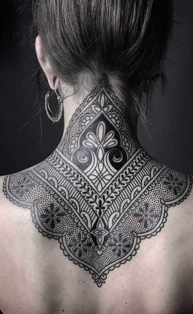 Veja como você pode fazer uma tatuagem indiana totalmente diferenciada.
