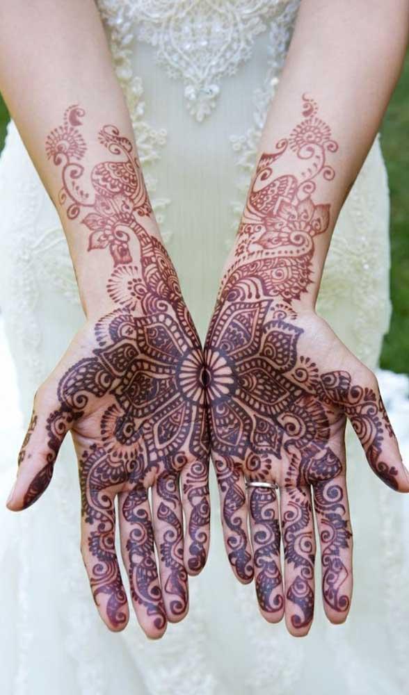 Você tem coragem de fazer uma tatuagem indiana na palma das mãos?