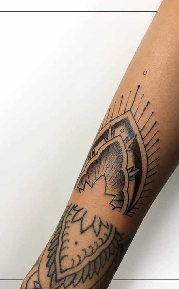 Você pode diversificar o desenho da tatuagem indiana.
