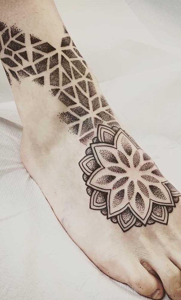Não é só mulher que usa tatuagem indiana no pé.