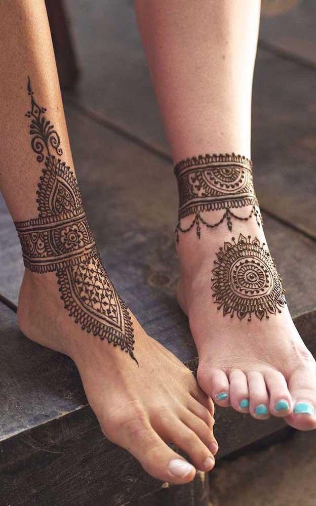A tatuagem indiana no pé também segue a tradição Mehndi e fica linda.