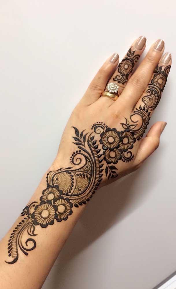 É incrível como a tatuagem indiana na mão fica linda e delicada.