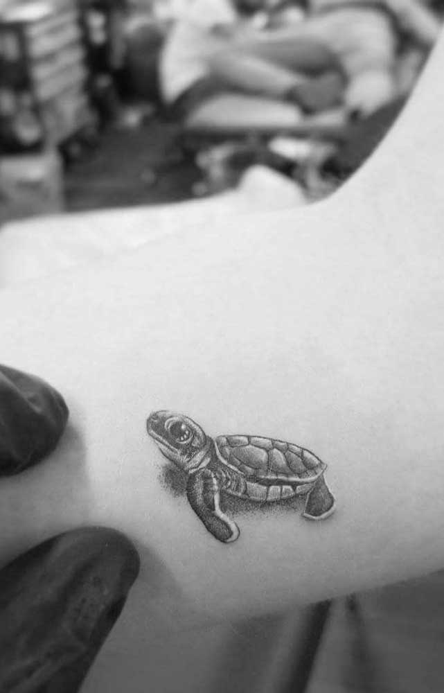 Que tatuagem realista mais fofa e delicada.