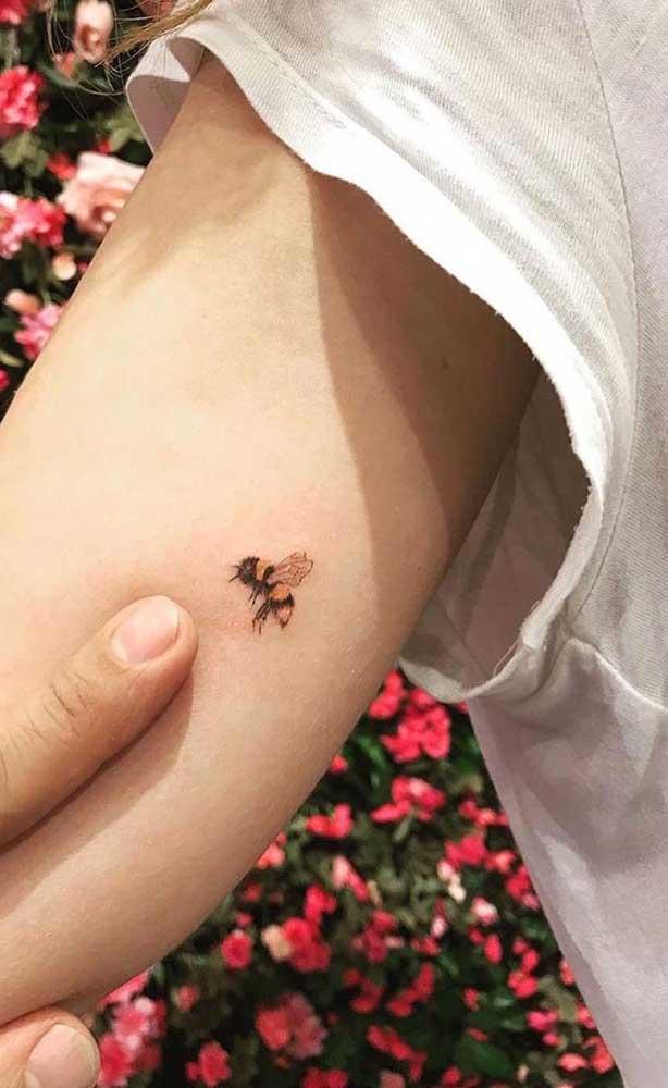 Quem disse que não dá para fazer uma tatuagem realista bem discreta?