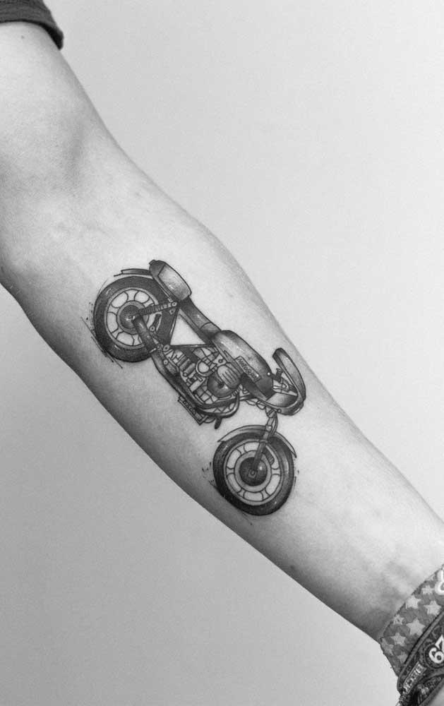 Que tal fazer uma tatuagem realista com o desenho da sua moto?