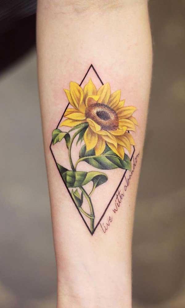 As flores ficam bem reais na tatuagem realista.