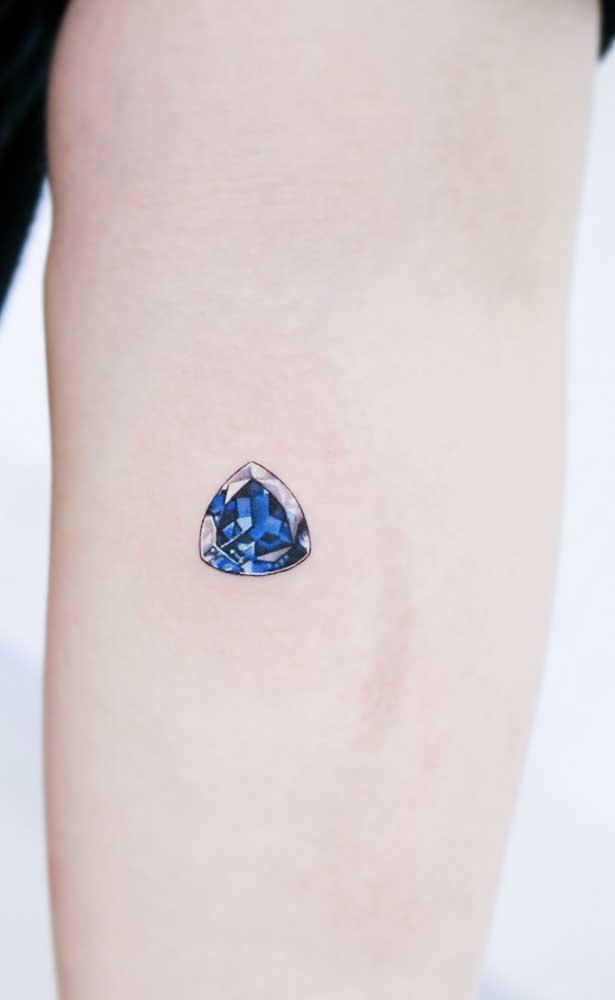 Faça uma tatuagem realista bem pequena e discreta.