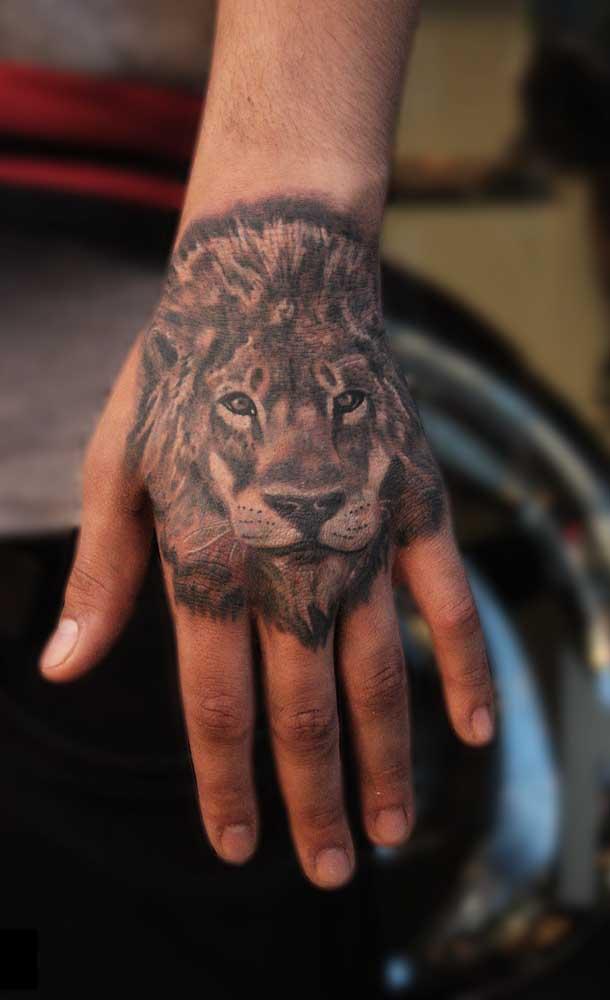 Na tatuagem realista masculina é bem comum ver desenho de animais.