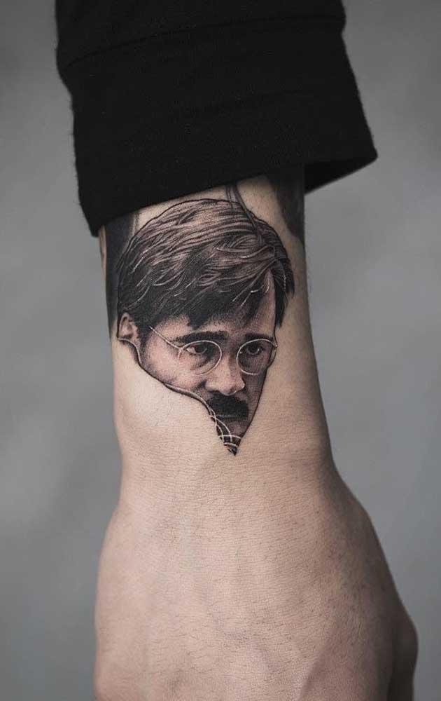 Contrate um tatuador profissional para fazer a sua tatuagem realista.