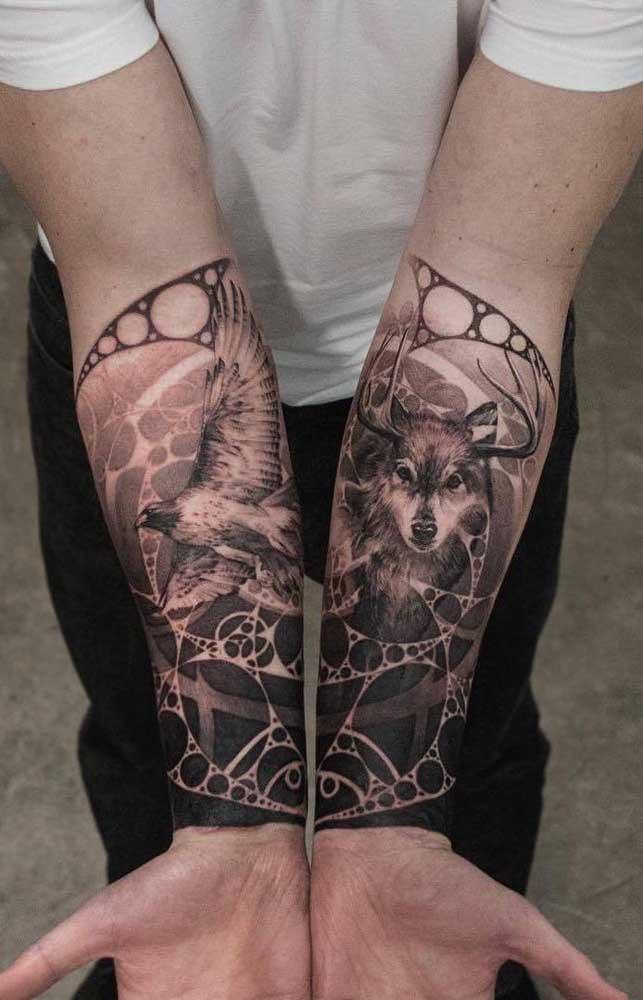 Faça duas tatuagens, sendo que uma complementa a outra.
