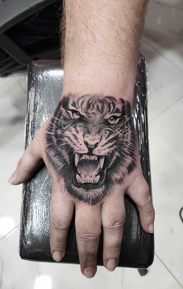Olha que tatuagem realista masculina perfeita para fazer nas mãos.