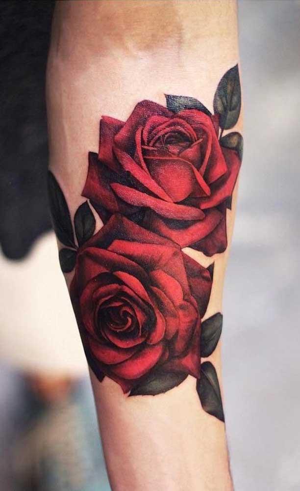 A rosa é uma das imagens mais pedidas para fazer a tatuagem realista.