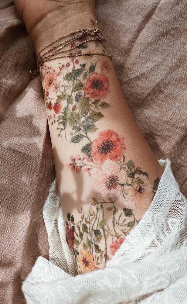 Veja que tatuagem realista feminina interessante para fazer no braço.