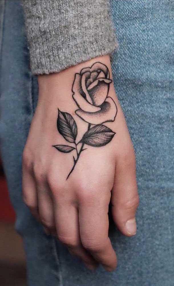 Quer fazer uma tatuagem sombreada mais discreta? Pode fazer uma rosa na mão.