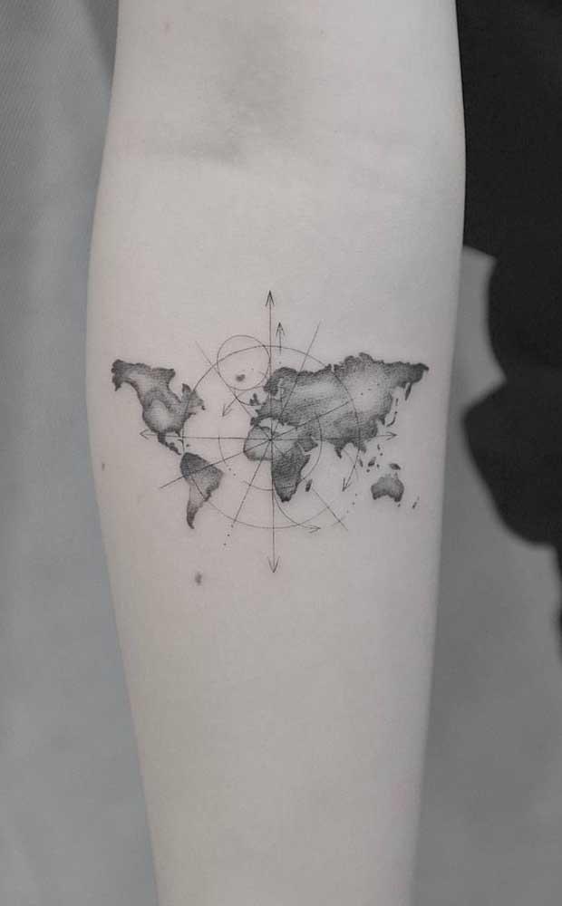 Se você gosta de viajar, o que acha de fazer uma tatuagem sombreada no formato de mapa?
