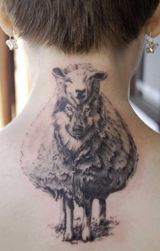 Uma mistura de animais na tatuagem sombreada.