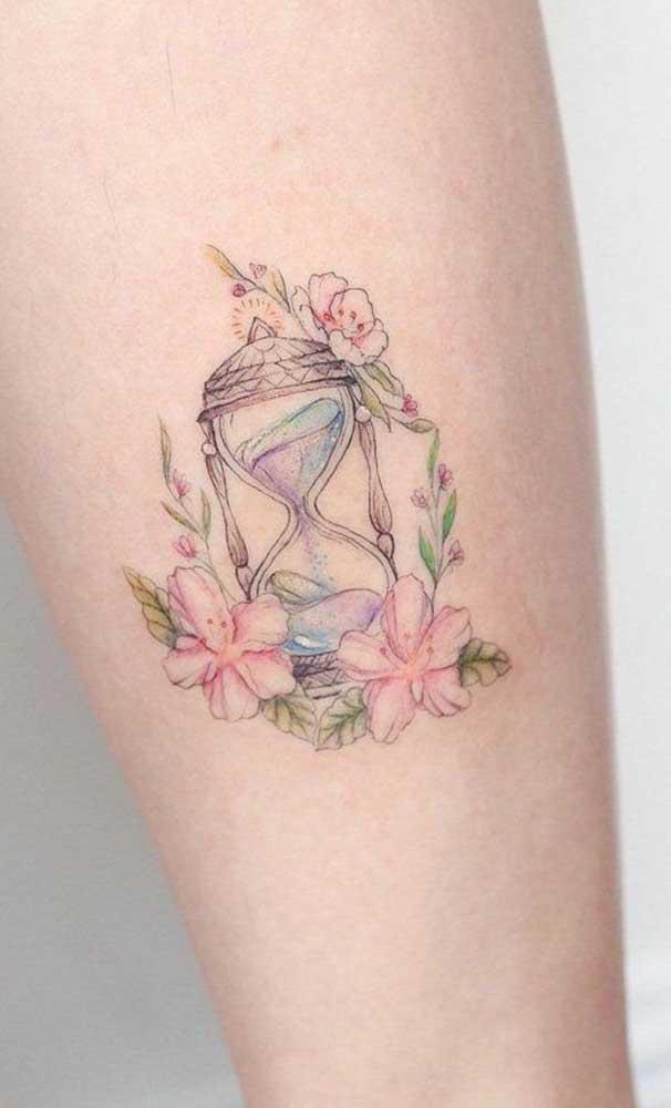 Com cores leves e neutras é possível fazer uma tatuagem sombreada delicada.