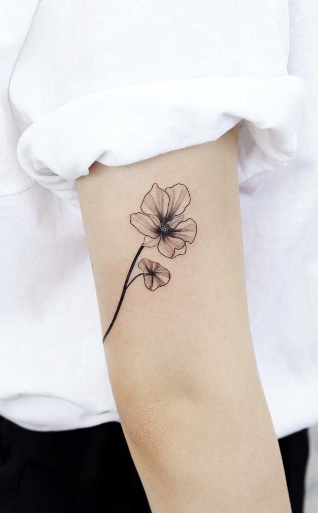 Uma rosa delicada é sempre uma ótima opção de tatuagem sombreada para uma mulher especial.