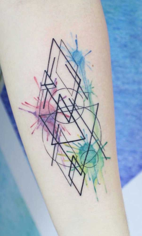 Desenhos abstratos também são bem-vindos na tatuagem aquarela.