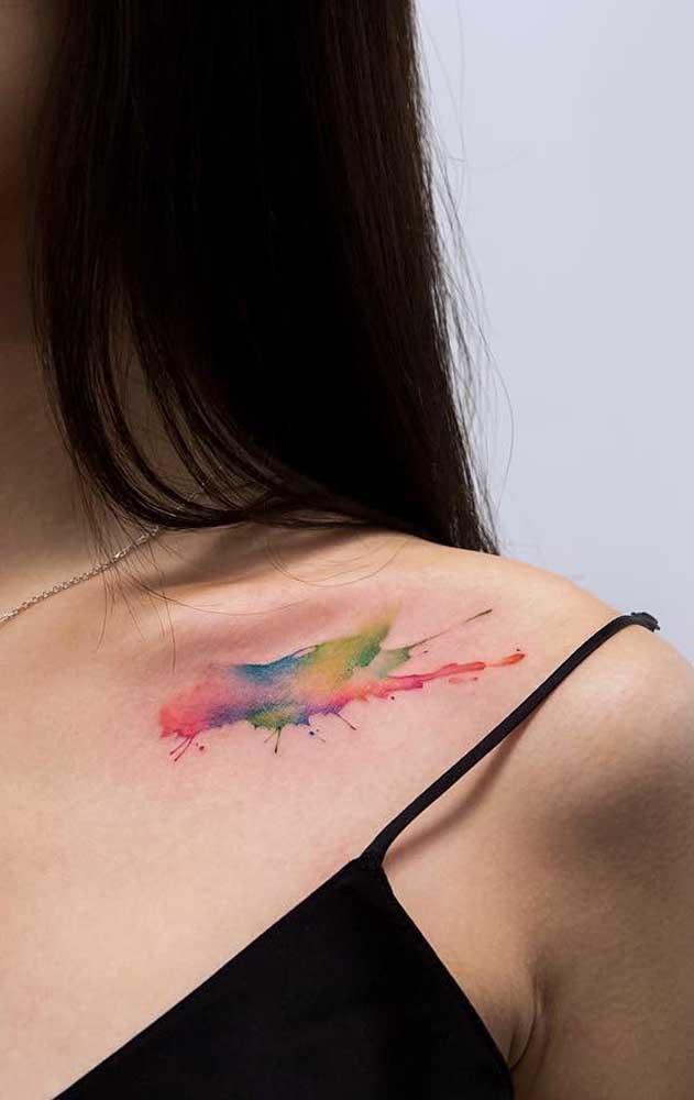 Que tal chamar atenção com uma tatuagem colorida no ombro?