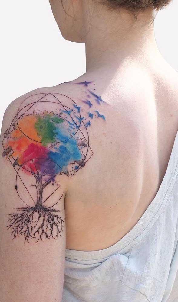 A tatuagem aquarela permite brincar com cores e figuras.