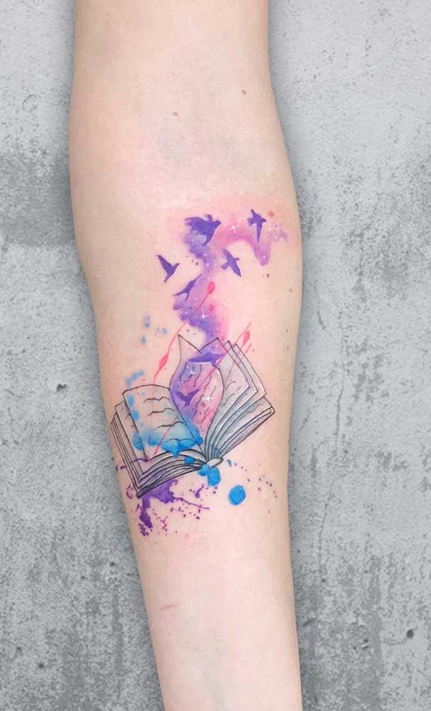 O livro é uma ótima escolha de tatuagem aquarela para os amantes da leitura.