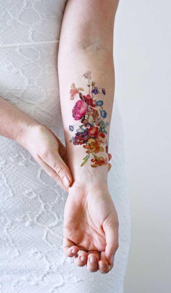 Flores ficam perfeitas na tatuagem aquarela.