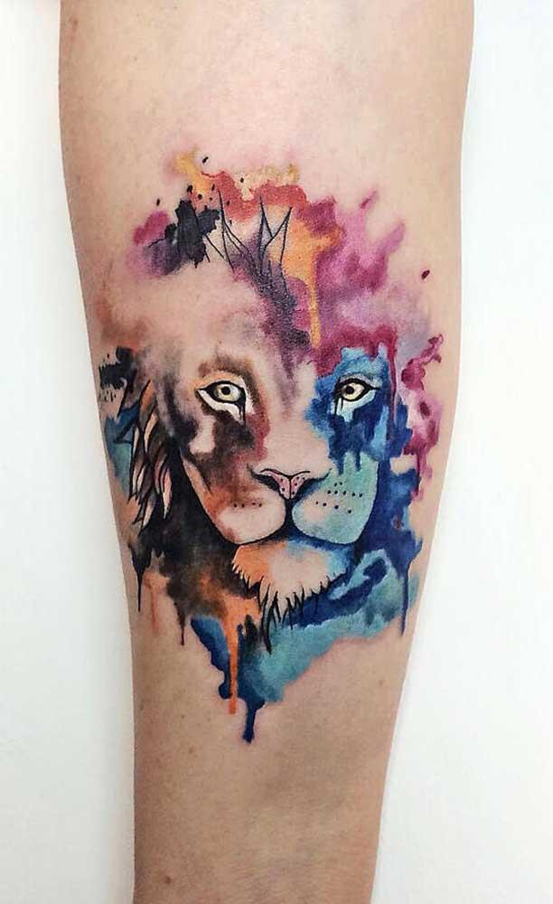 Quer chamar atenção com sua tattoo? Aposte na tatuagem aquarela leão.