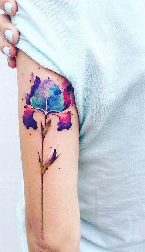 Aposte na figura de uma rosa diferenciada na hora de fazer uma tatuagem aquarela.