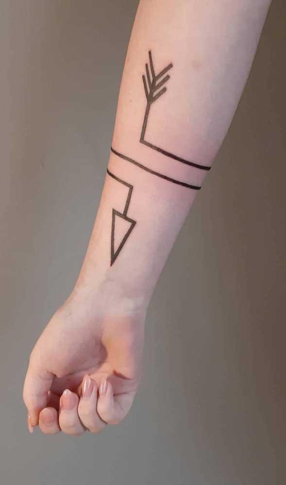 Você pode fazer uma tatuagem de flecha no estilo indígena.