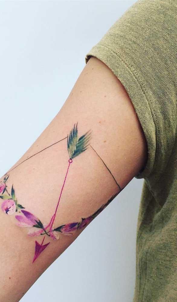 Já pensou em fazer uma tatuagem de arco e flecha colorida?