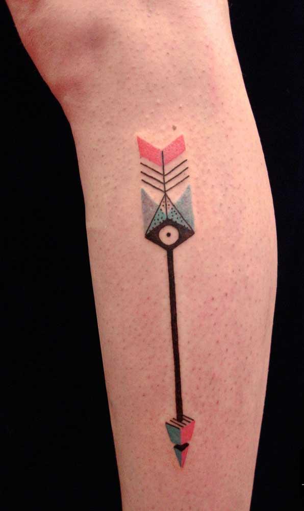 Mais uma tatuagem de flecha colorida seguindo o estilo indígena.