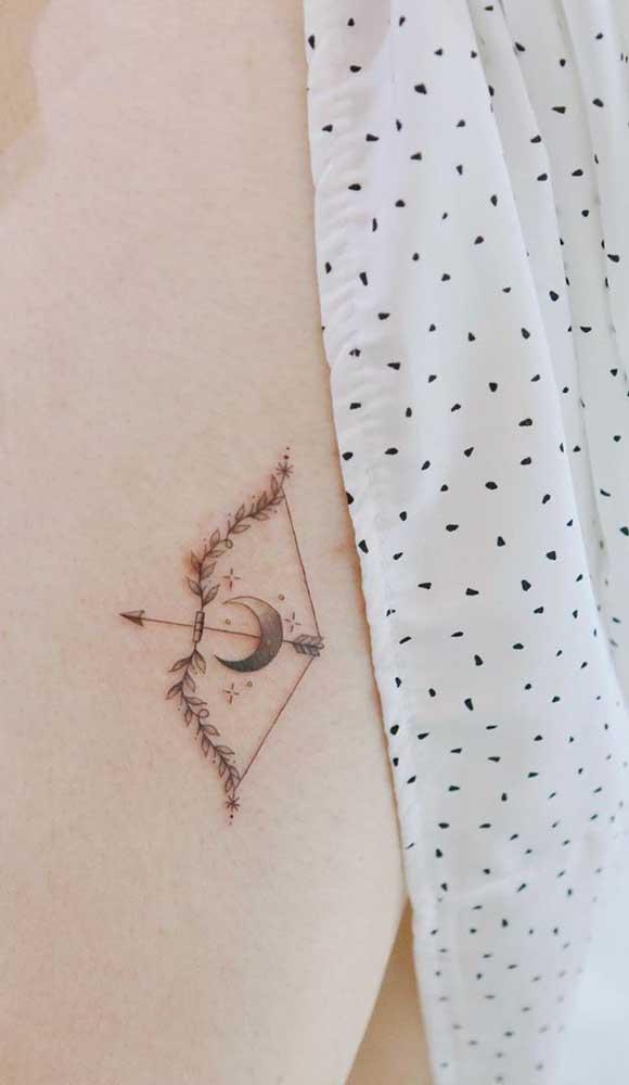 Agora se a intenção é fazer algo mais discreto, que tal tatuar um arco e flecha no peito?