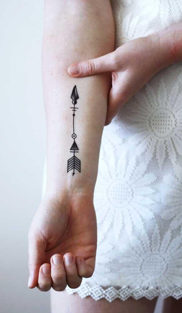 A tatuagem de flecha pode seguir em outra direção.