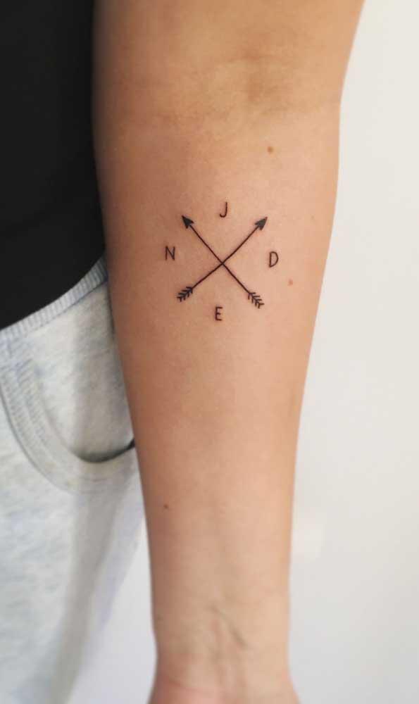 Não sabe para onde seguir, opte pela tatuagem com flecha cruzada.