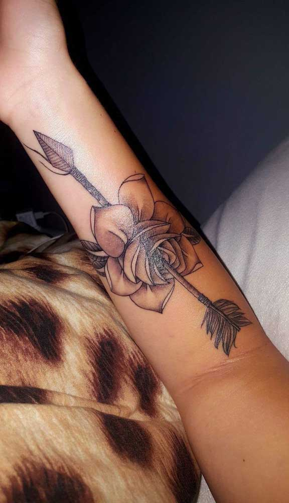 Veja como fica linda a tatuagem de flecha com rosa.