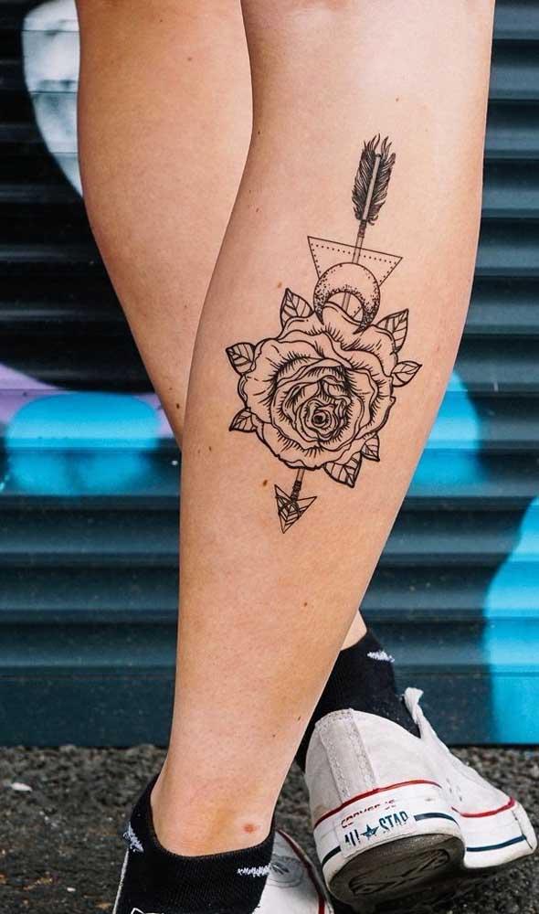 É incrível como a tatuagem na perna destaca a área e valoriza a imagem.