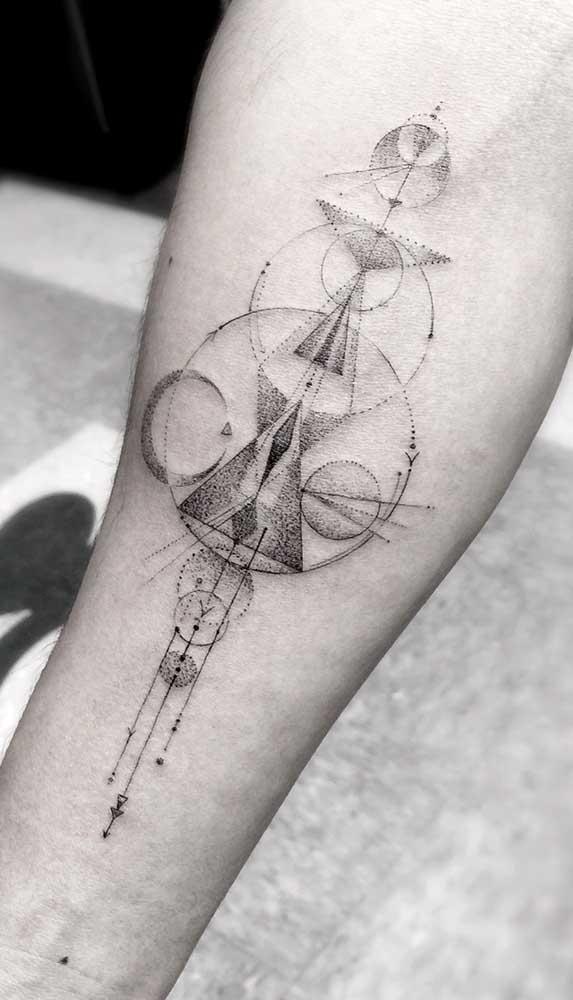 Uma tatuagem de flecha feita com vários formatos de desenhos.