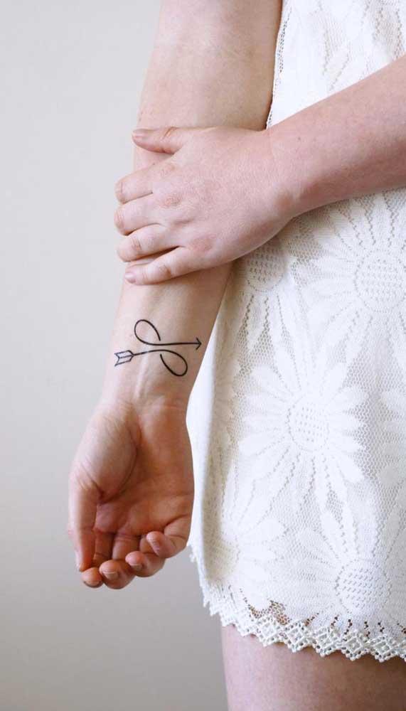 A tatuagem de flecha pode representar as iniciais do seu nome.