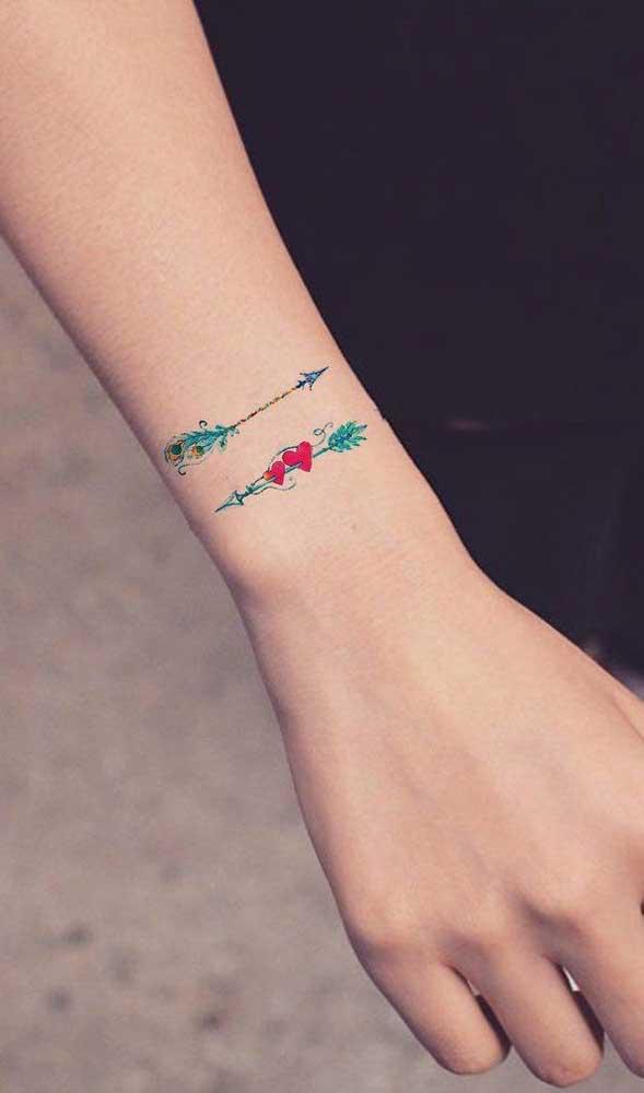 Quer algo discreto, mas colorido? Que tal esse modelo de tatuagem de flecha?