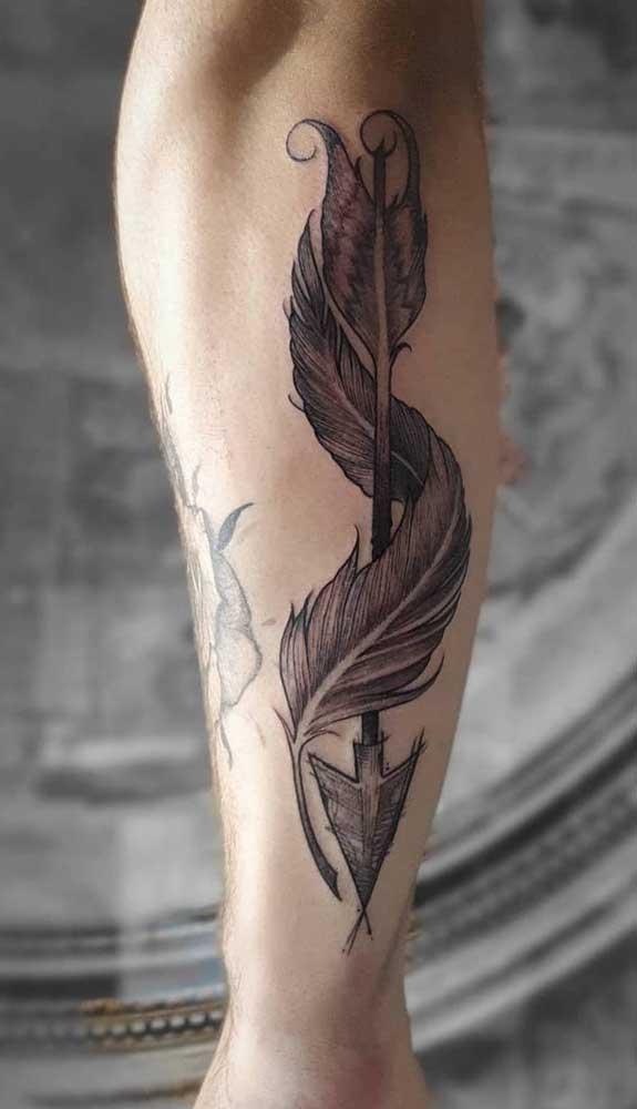 Olha que bela tatuagem de flecha você pode fazer na perna.