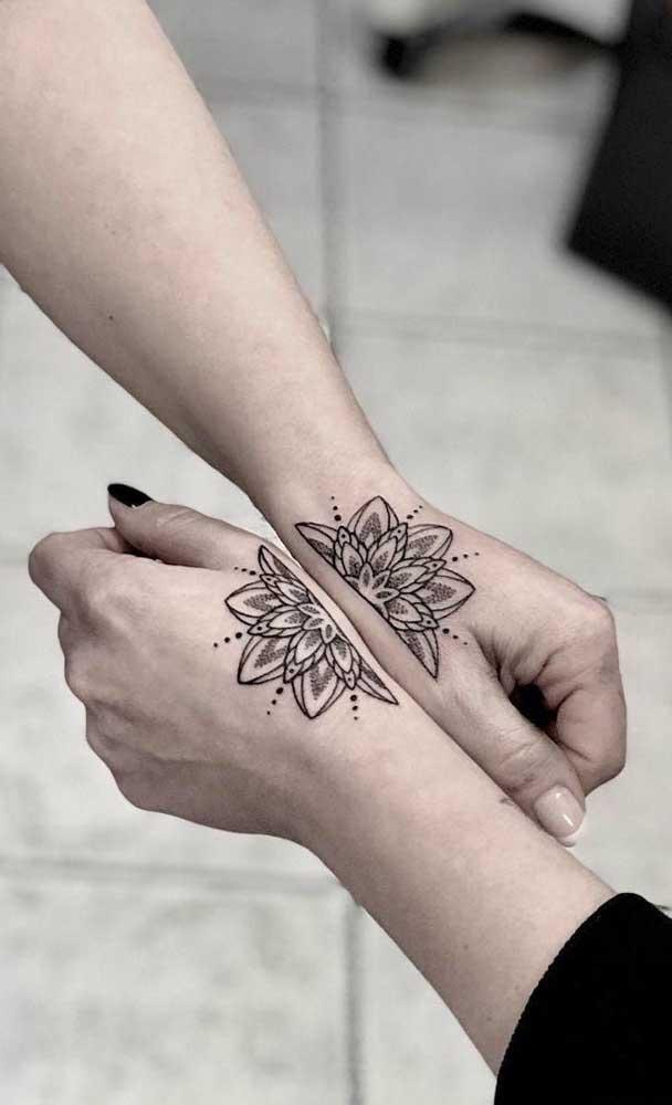Uma flor que completa a outra, assim devem ser duas irmãs.
