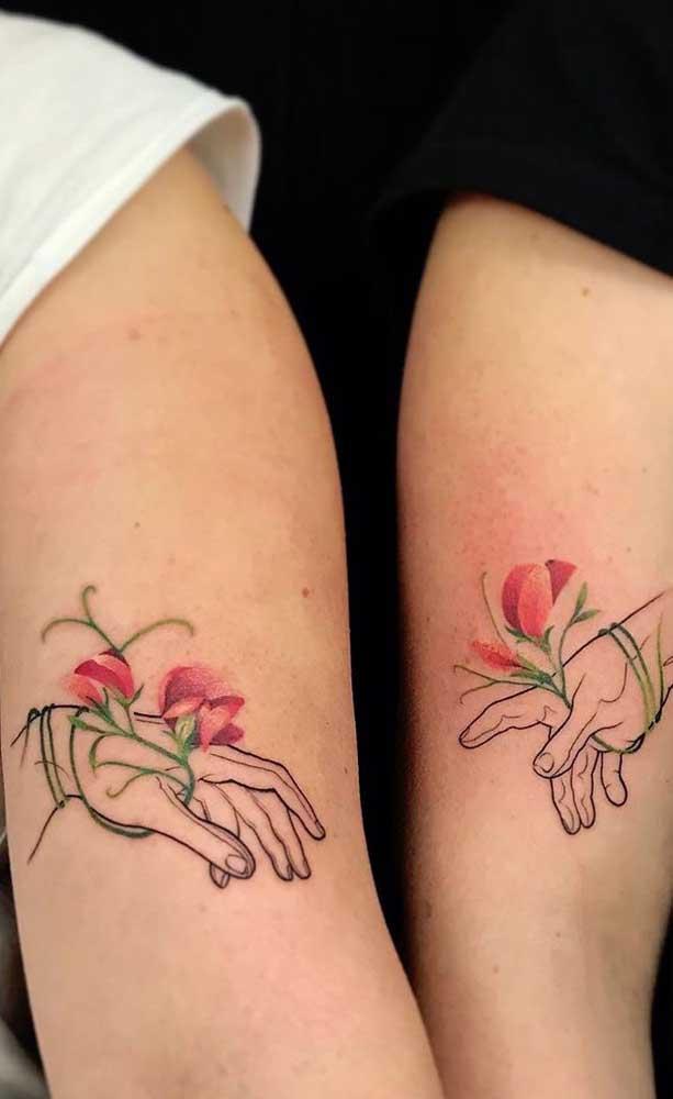 Aposte em uma tatuagem de irmãs bem singela.