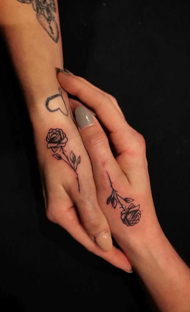Faça uma flor em cada mão de irmã.